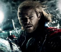 Wallpaper gratis con el actor Chris Hemsworth, dando vida al personaje Thor, en HD.